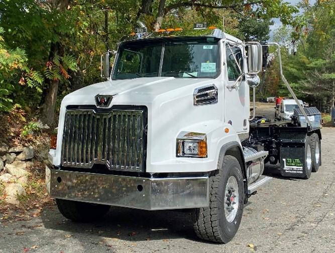 Front View of 2021 Western Star with Ampliroll AL160 - 65000 lbs Hooklift